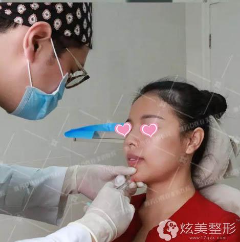 在雅芳亚注射玻尿酸丰下巴过程中
